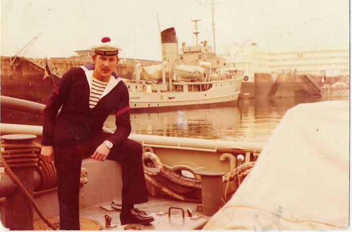 à bord du lutteur en tenue de sortie été 1974, au second plan l infa