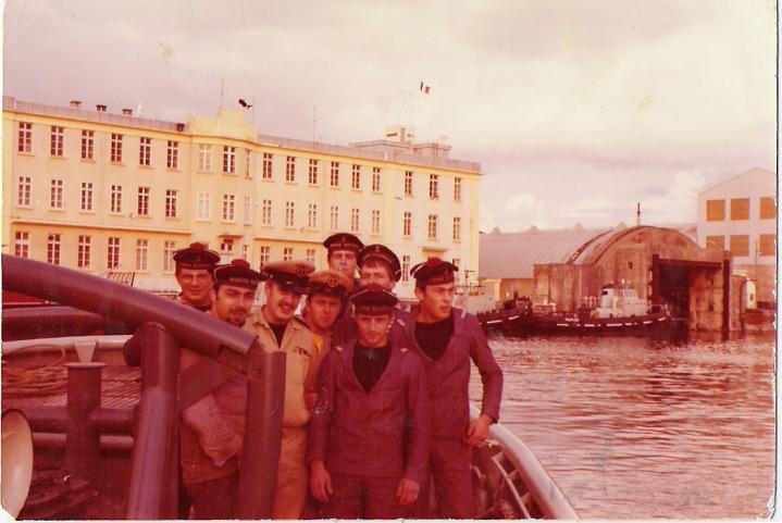 Une partie de l équipage sur la plage arrière en 1974