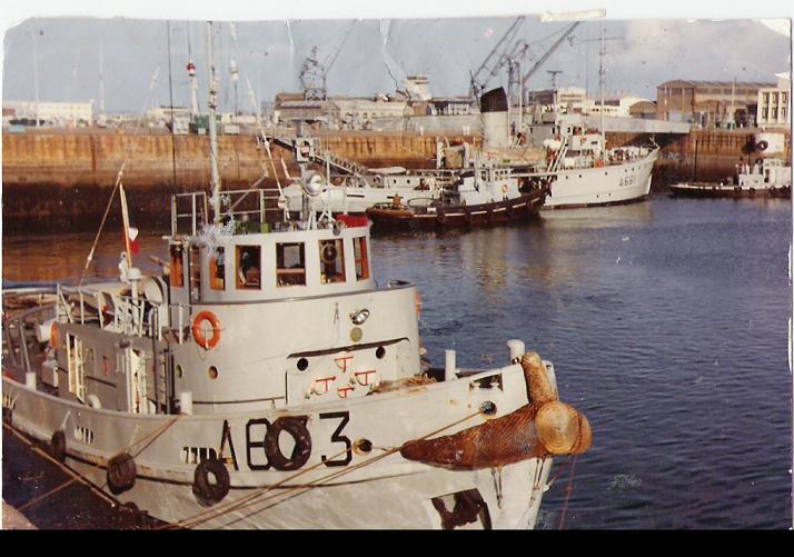 Le RC LUTTEUR à quai en 1973 à Cherbourg en arrière plan le RHM INFATIGABLE et 2 Remorqueurs de rade