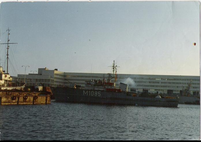 Drageur de mines dans le port devant l ESDRA.