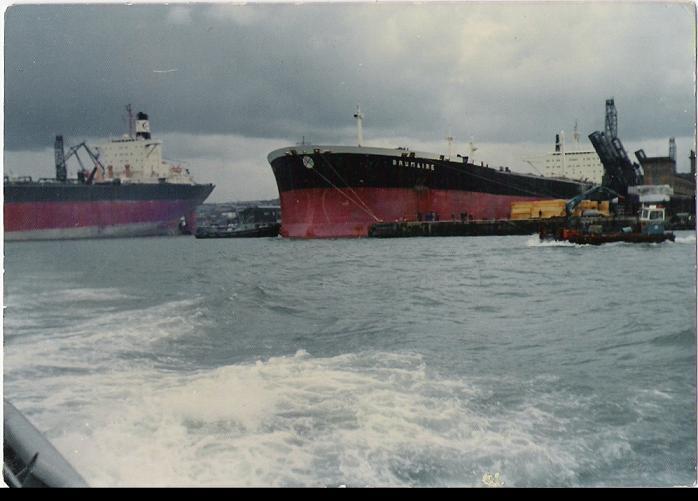 Remorquage de tanker dans le port de cherbourg