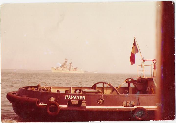 Le Lutteur et le Papayer en mer au large un croiseur sovietique