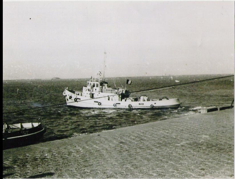 Le RC LUTTEUR à sa sortie du port militaire de Cherbourg en 1974